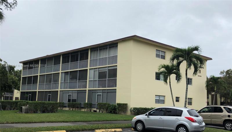 371 Hollybrook Dr, Pembroke Pines FL 33025-1208