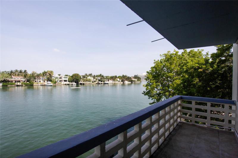 8080  tatum waterway drive  Unit 19, Miami Beach, FL 33141-