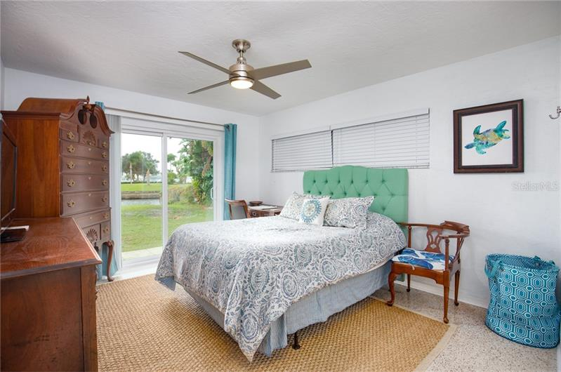 556 SE DOLPHIN, ST PETERSBURG, FL, 33705